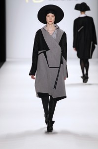 Model bei der Show von Lucian Broscatean