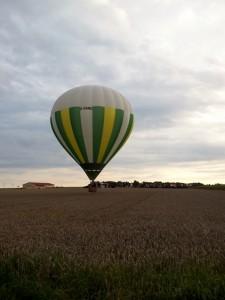 Ballon über einem Feld