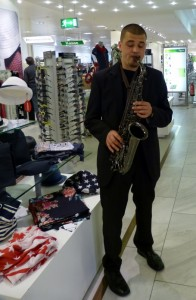 Saxophonspieler in der Galeria Kaufhof