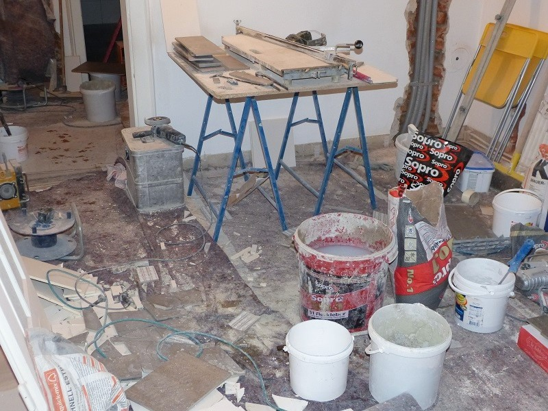 Baustelle des Fliesenlegers im Haus