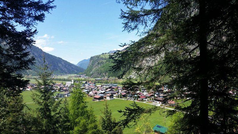 Auf dem Weg zur Feuersteinalm mit Blick auf Huben und Burgstein - Ötztal