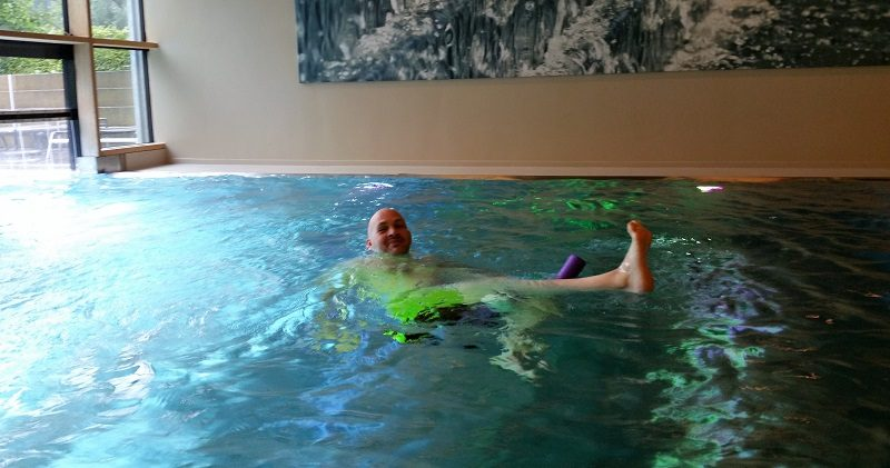 olschok als Poolnoodle-Fan im Hotel Sonne in Mellau