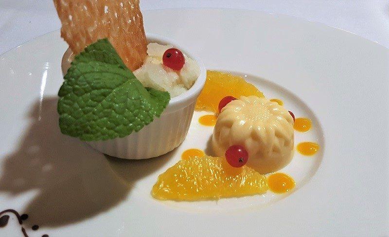 Weißes Schokoladen Granité mit Marillen-Mousse und Orangenhippen im Hotel Sonne in Mellau