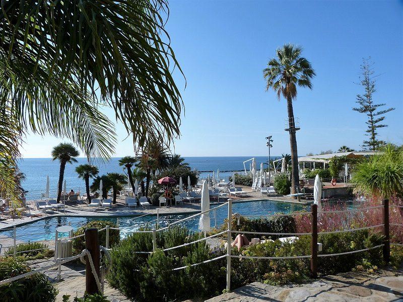 Pool vom Royal Hotel Sanremo mit Blick auf das Meer