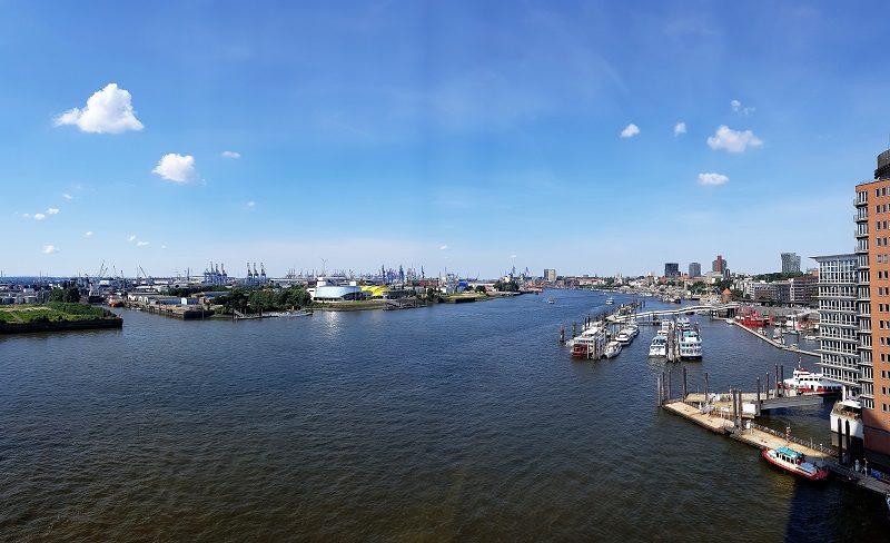 Ausblick von der Elbphilharmonie auf die Landungsbrücken