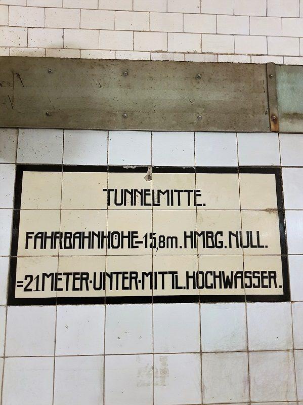 Tunnelmitte im alten Elbtunnel in Hamburg