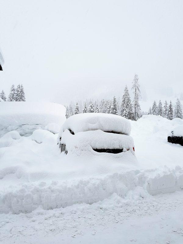 Verschneites Auto im Tennengau bzw. Salzburger Land