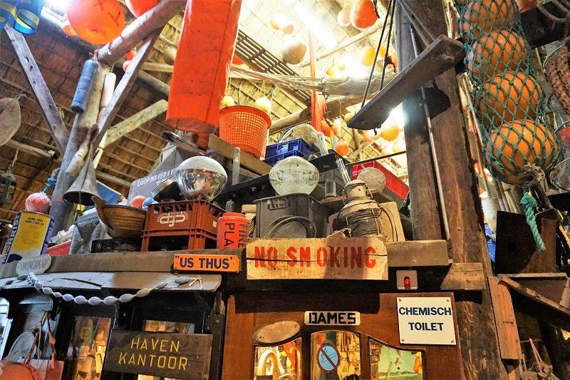 Gesammeltes Treibgut im Museum Kaap Skil in Oudeschild