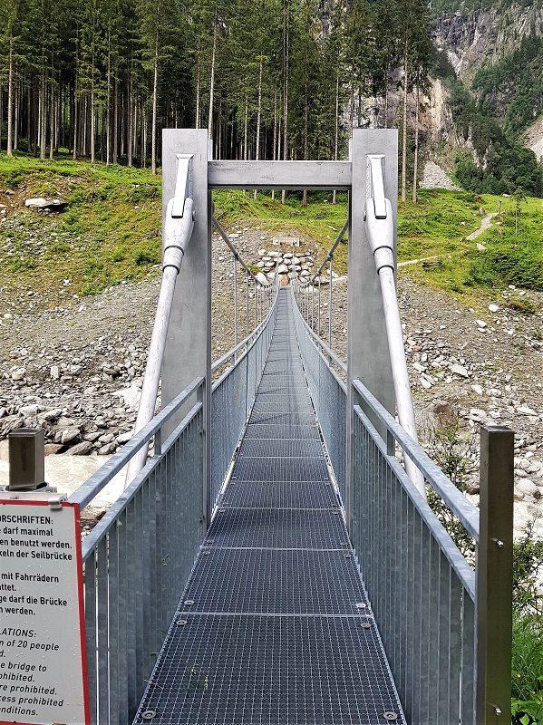 Hängebrücke auf dem Weg zu Berndlalm im Salzburger Land