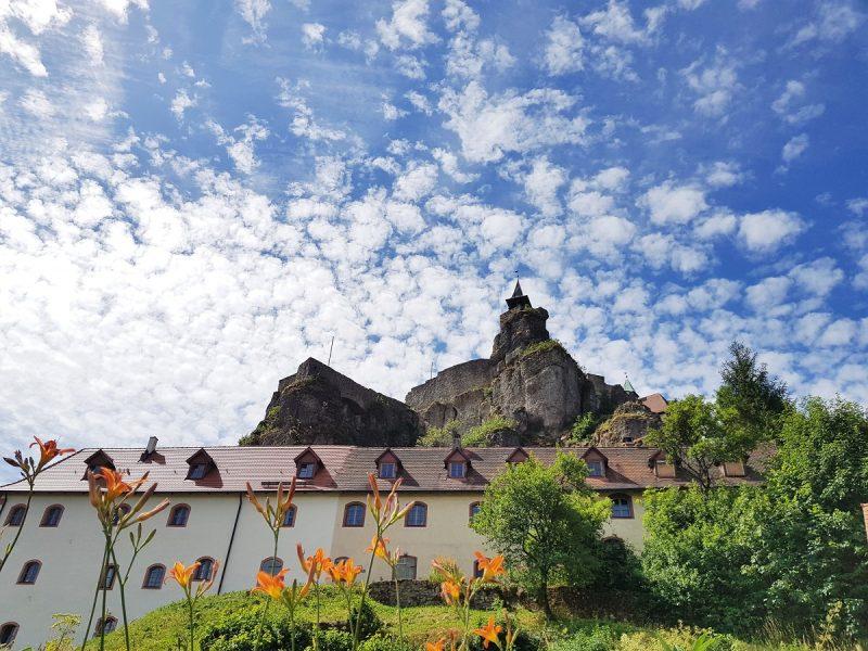 Wanderung im Nürnberger Land mit Blick auf die Burg Hohenstein