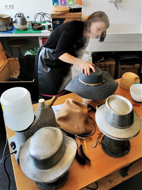 Workshop mit Modistin Marita Prestel im deutschen Hutmuseum Lindenberg