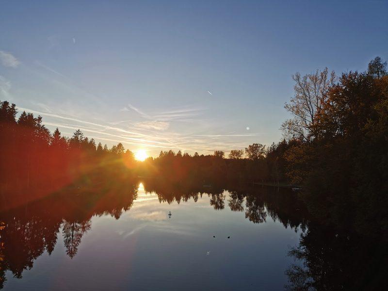 Waldsee in Lindenberg im Allgäu an einem schönen Herbstabend