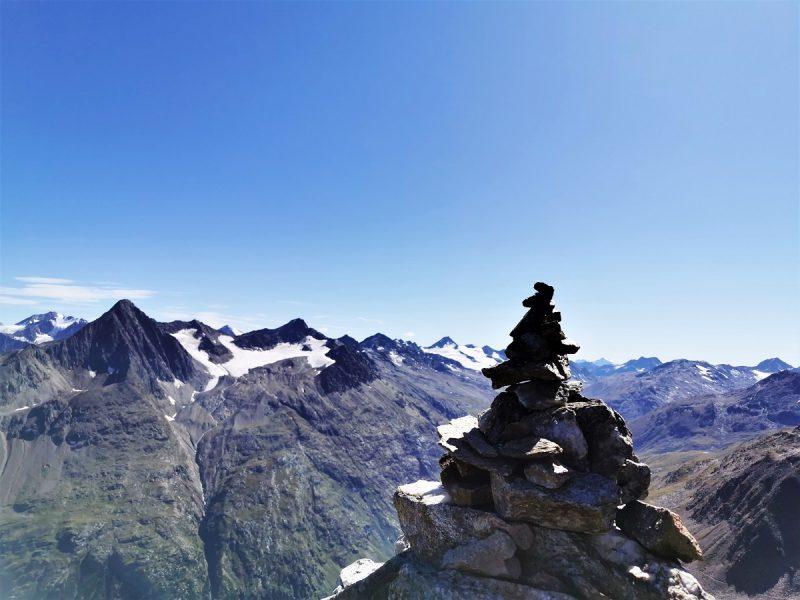 Steinmanderl beim Aufstieg zum Urkundholm