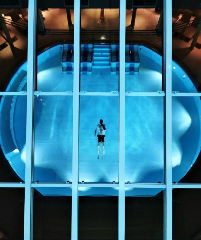 Spiegelung im Pool im Hotel die Wasnerin