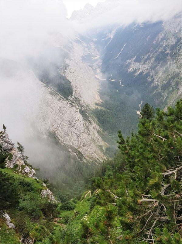 Steiler Weg beim Abstieg vom Schachenhaus über das Reintal bei Garmisch-Partenkirchen
