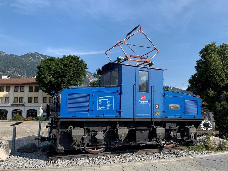 Ausrangierte Lokomotive der Zugspitzbahn in Garmisch
