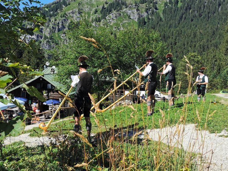 Alphornbläser auf der Kenzenhütte im Rahmen der Wandertrilogie im Allgäu