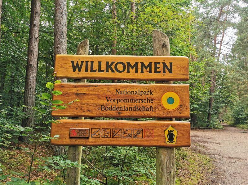 Eingangsschild im Nationalpark Vorpommersche Boddenlandschaft in Mecklenburg-Vorpommern