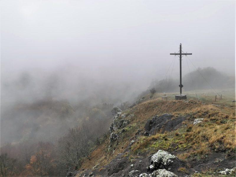 Gipfelkreuz am Pferdskopf - auf der Extratour Guckaisee in der Rhön