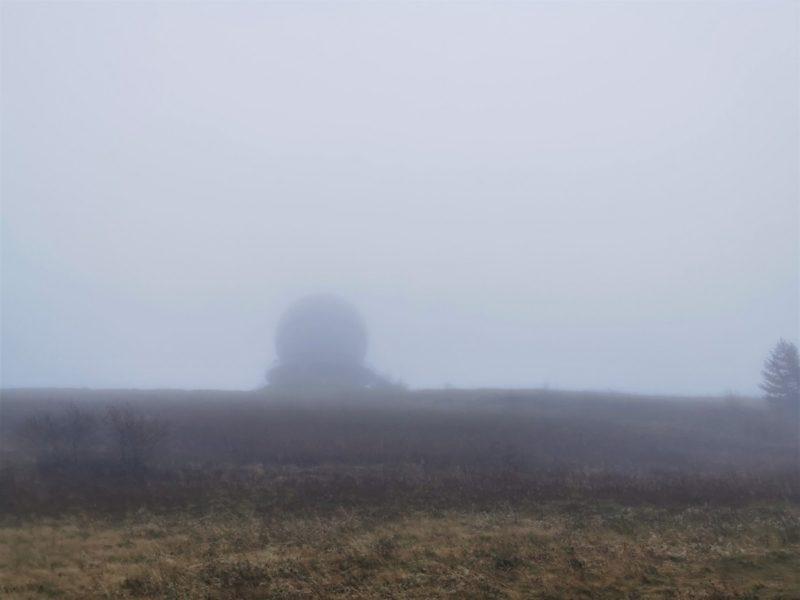 Radarstation auf der Wasserkuppe im Nebel - auf der Extratour Guckaisee in der Rhön
