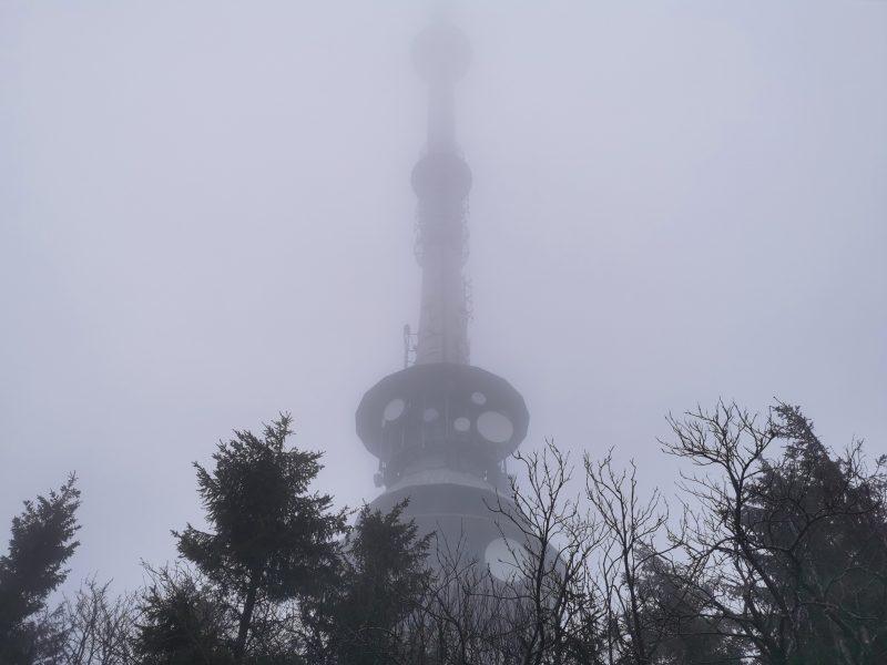 Sendeturm im Nebel am Ochsenkopf - #AltesBlechAlteGrenze