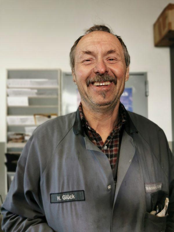 Geschäftsführer Hartmut Glück in seiner Werkstatt in Tanna - #AltesBlechAlteGrenze
